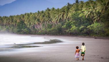 Dívky v zátoce na pláži deštného pralesa