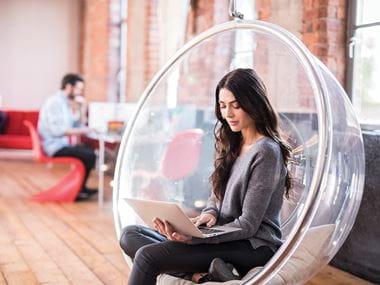 Kvinna med laptop i kontorsmiljö