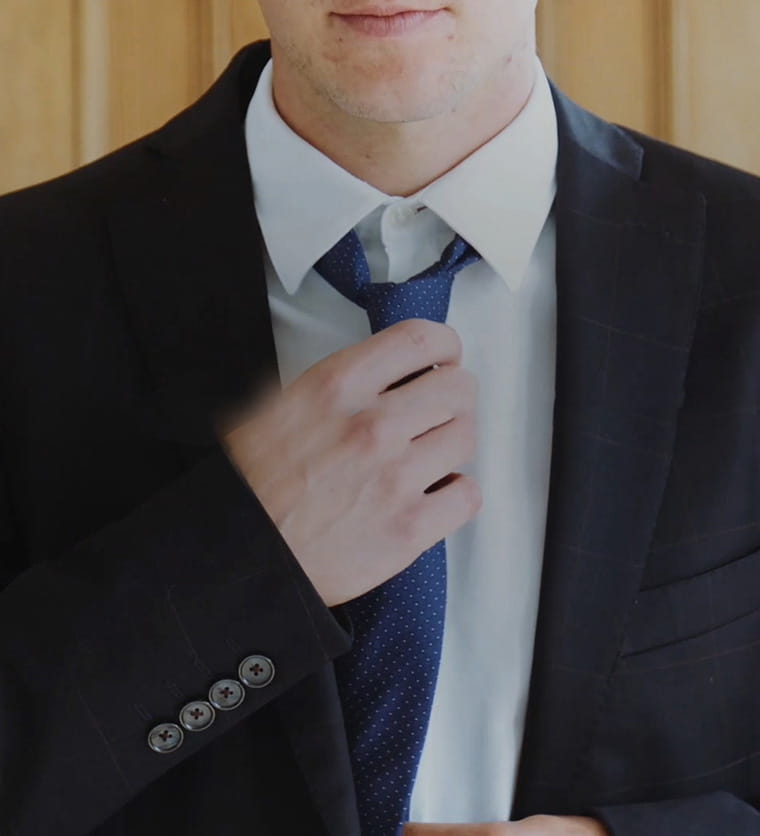 Moški v obleki s kravato