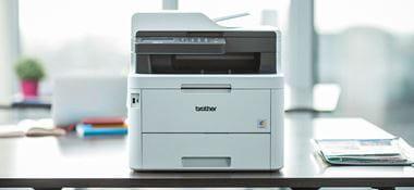 Brother MFC-L3770CDW Multifunktions-Farblaserdrucker auf einem Schreibtisch mit Pflanze im Hintergrund