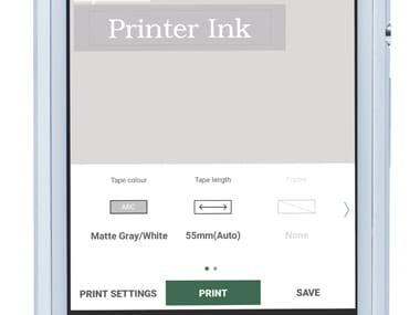 Aplikacija P-touch Design & Print, povečana na pametnem telefonu, prikazuje tiskanje nalepke