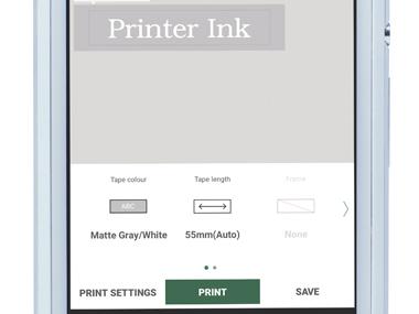 A P-touch Design & Print alkalmazás nagyítva van az okostelefonon, megjelenítve a címke nyomtatását