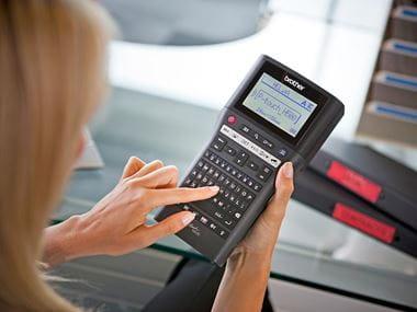 Žena píše na klávesnici tlačiarne Brother PT-H500