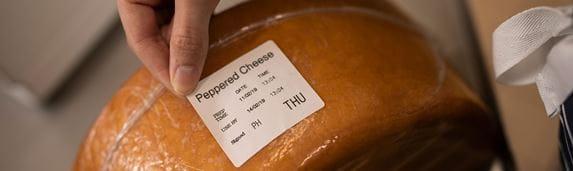 Štítek lepený na bochník sýra v plastovém obalu