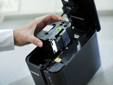 Casetă cu bandă Brother TZe introdusă în imprimanta de etichete PT-P900W