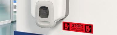 Etichetă Brother P-touch TZe negru pe roșu în unitate sanitară