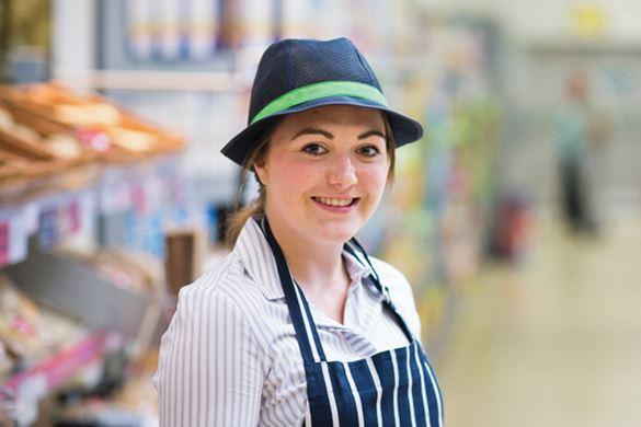 Uśmiechnięta kobieta w sklepie