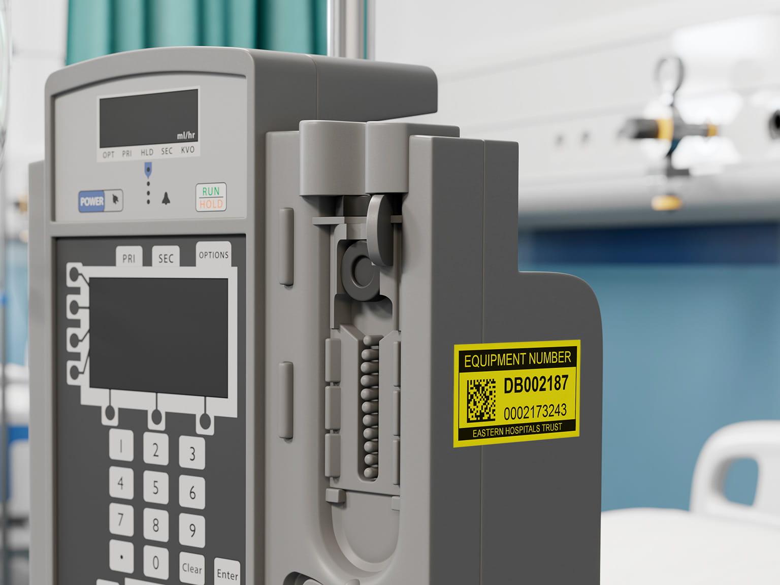 Brother P-touch inventární štítek černá na žluté na nemocničním zdravotnickém zařízení