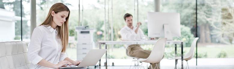 hölgy-laptop-partner-irodai-háttér-kisvállalkozás