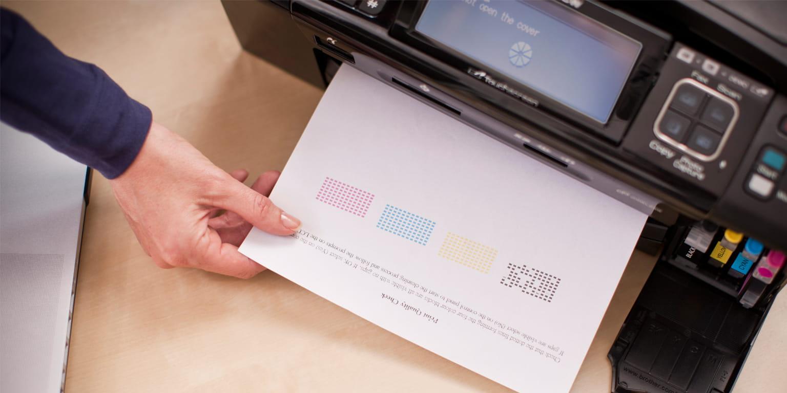 Egy személy Brother nyomtatóról nyomtat eredeti Brother kellékekkel