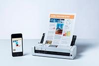 ADS-1700W s dokumentom i mobilnim telefonom