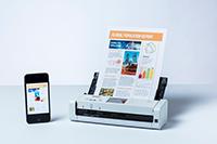 ADS-1700W s dokumentem a mobilním telefonem