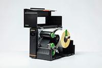 Otwarta przemysłowa drukarka etykiet Brother TJ z nośnikiem w środku