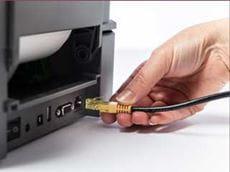 Ethernet kábel csatlakozása a Brother TD-4D címkenyomtató hátsó portjához