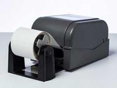 Opcionális tekercstartó egy Brother TD-4D címkenyomtatóra felszerelve