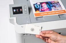 Zabezpečení tisku NFC kartou na barevném laserovém zařízení
