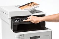 En person skanner et dokument på en Brother MFCL8900CDWMT farge laserskriver