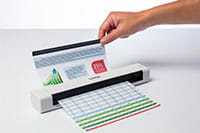 Brother DSmobile DS640 hordozható dokumentum szkenner működés közben, amely mellett egy kéz tartja a dokumentumot