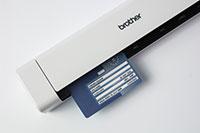 Mobilni dokumentni skener Brother DSmobile DS-740D z ID-kartico, vstavljeno v skener