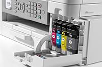 Blekkpatroner installert i en Brother MFCJ4340DW multifunksjon farge blekkskriver