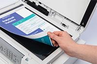 Et fargerikt dokument scannes på glassplaten til Brother MFCJ4340DW multifunksjon farge blekkskriver