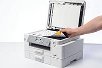 Et dokument skannes fra glassplaten til Brother MFCJ4540DW multifunksjon farge blekkskriver