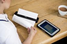 Helsearbeider printer ut et dokument på en mobil skriver i Brother PJ-serien ved bruk av Bluetooth eller Wi-Fi