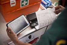 Helsearbeider skriver ut dokumenter på en Brother mobil skriver i PJ700-serien via nettbrett