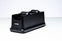 PA4CR001 polnilnik/nosilec za baterije s štirimi postajami v studiu z belim ozadjem