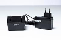 Зарядно за батери PABC005 и захранващ адаптер на бял фон