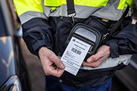 Izvršitelj ispisuje račun na RJ pisaču od 76,5 mm pričvršćenim trakom za nošenje na ramenu
