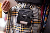 Žena u kariranim hlačama s RJ pisačem od 76,5 mm pričvršćenim kopčom na pojas