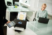 Dokumentový skener Brother ADS-3600W s připojením NFC mobilního tabletu