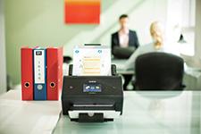 Brother ADS3600W dokumentskanner som står på et bord i et kontor