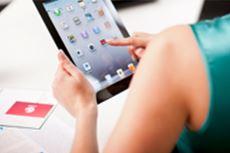 En kvinne med et nettbrett ser på skannerprogramvare for Windows og macOS