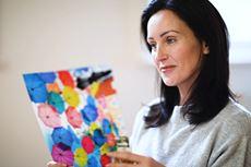 Nainen katselee värikästä asiakirjaa