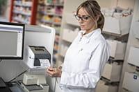 lékařka tiskne štítky na zdravotnické potřeby z tiskárny štítků řady TD-4D