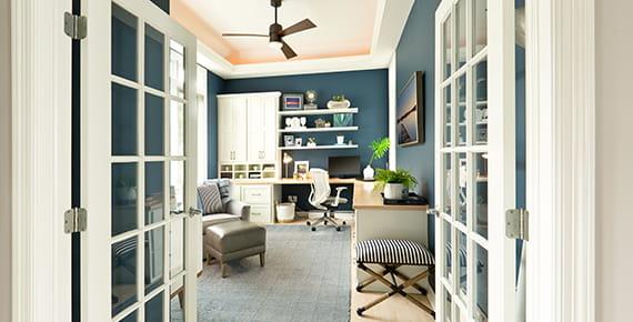 fotografija kućnog ureda, bijeli namještaj, plavi zid