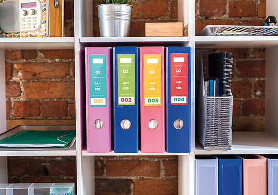 четири папки, организирани на комплект рафтове