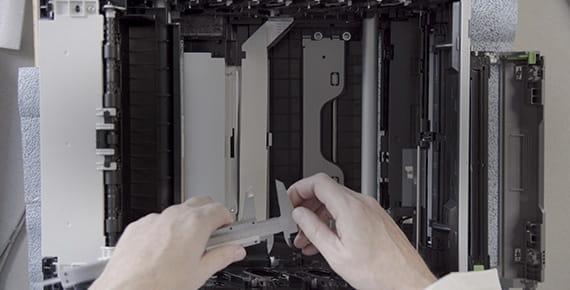 Inženir ob odprtem tiskalniku