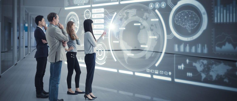 Une image futuriste montre un homme en costume d'affaires tenant un smartphone, tandis que, à l'arrière-plan, des traînées de lumière futuristes et des exemples de données projetées à l'aide de la technologie holographique.