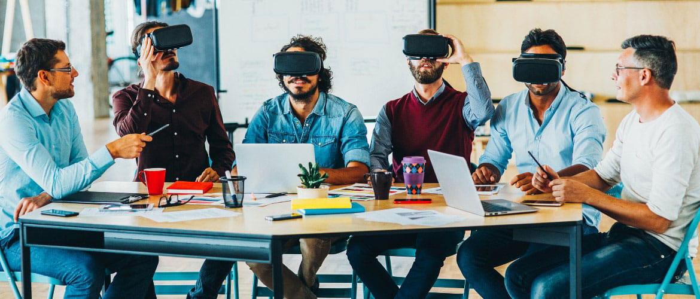 Plusieurs personnes assises travaillent côte à côte avec des casques de réalité virtuelle sur la tête