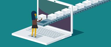 Une image de style animé qui illustre la transformation digitale montre une femme du personnel debout sur un ordinateur portable. Le tapis roulant d'un entrepôt de transport et de logistique traverse un écran pour illustrer l'envoi de colis qu'elle peut recevoir à son bureau.