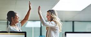 Deux femmes salariées se tapent dans la main