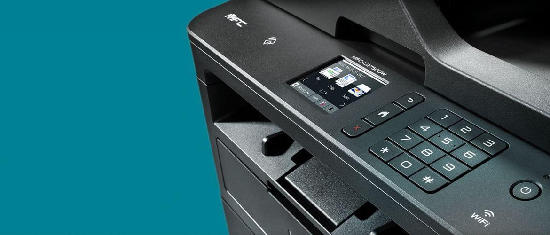 Imprimante laser multifonction MFC-L2750DW sur fond bleu canard