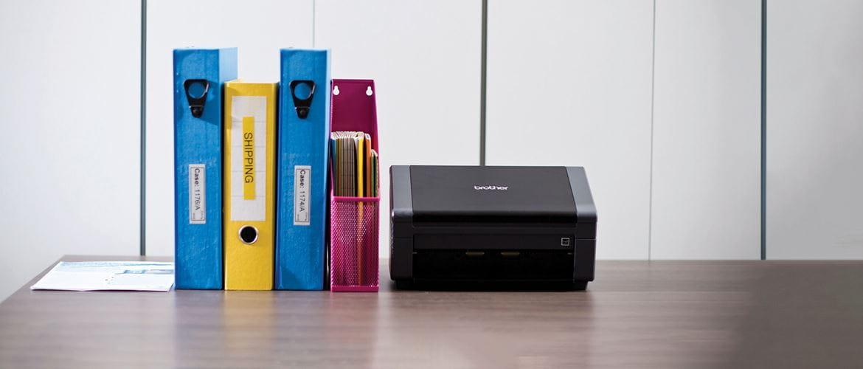 PDS-5000, scanner de documents Brother  à haut volume avec des fichiers A4 sur un bureau