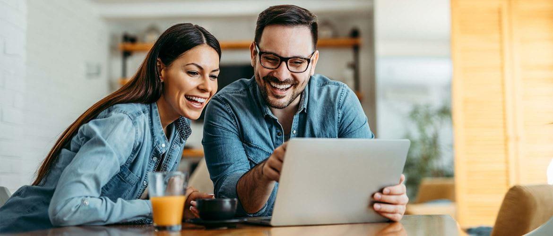 un couple regardant les promotions Brother sur leur ordinateurs portables