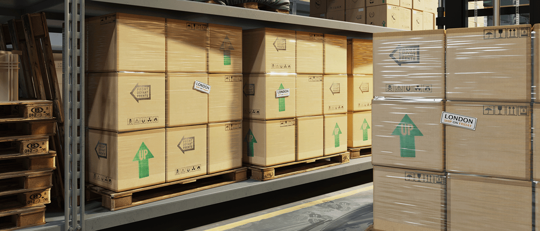 Boîtes et colis stockés dans un entrepôt avec une étiquettes d'information collée dessus