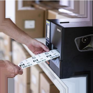 Imprimante d'étiquettes Brother imprimant des code-barres