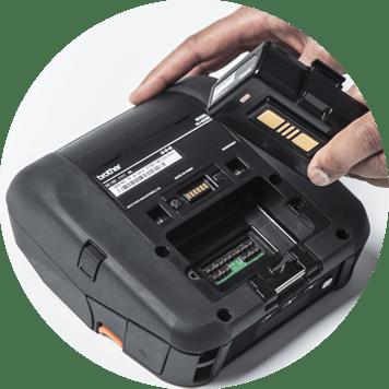 La main enlevant la batterie d'une imprimante mobile
